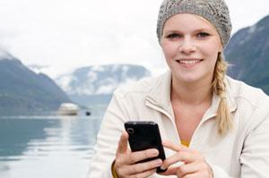Frau mit Handy in Norwegen