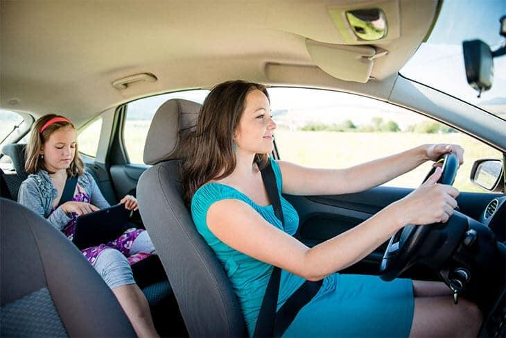 Frau mit Kind im Auto, Tablet via WLAN