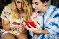 Frauen mit Prepaid Handys