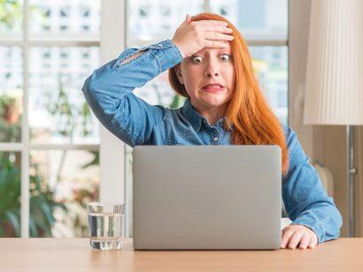 Frustrierte Frau am Laptop