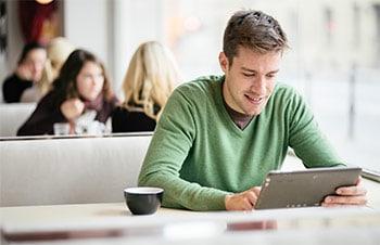 Mann mit Laptop sucht Internetanbieter
