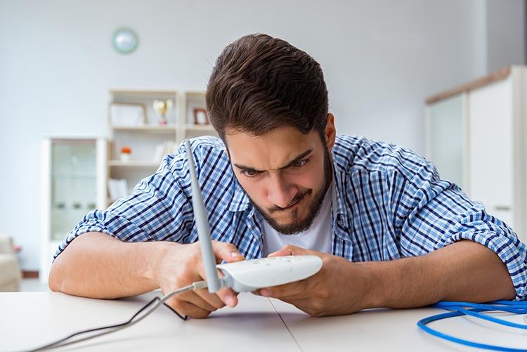 Mann prüft Router