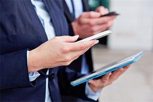 Smartphone und Tablet in Händen